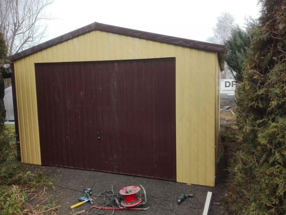 Das ist eine Garage aus Blech.Diese Garage ist groß