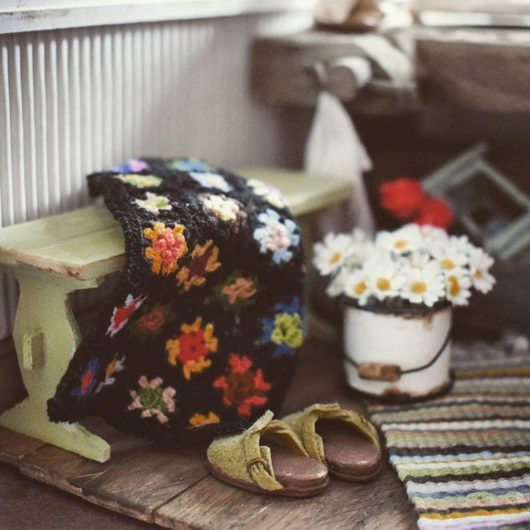 #miniature #handmade #grannysquare #crochet #grannystyle #dollhouse #nukkekoti #dollhouseminiatures #isoäidinneliö No nii nyt on sitten valmiina elämäni toinen isoäidinneliöpeitto. Onnistu jo huomattavasti paremmin kun ensimmäinen yritys keväällä. Mutta mutta.. Jatkan harjoittelua  Okey.. My second attempt with granny squares.. Much better than first one but I have to practise.. A lot.