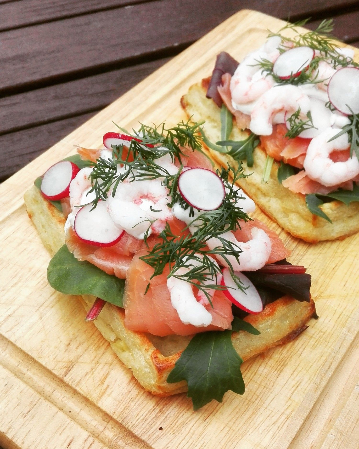 Kartoffelvafler Med Spaede Salatblade Roget Laks Urtedressing Rejer Dild Og Radiser Aftensmad Madopskrifter Mad Opskrifter Sund