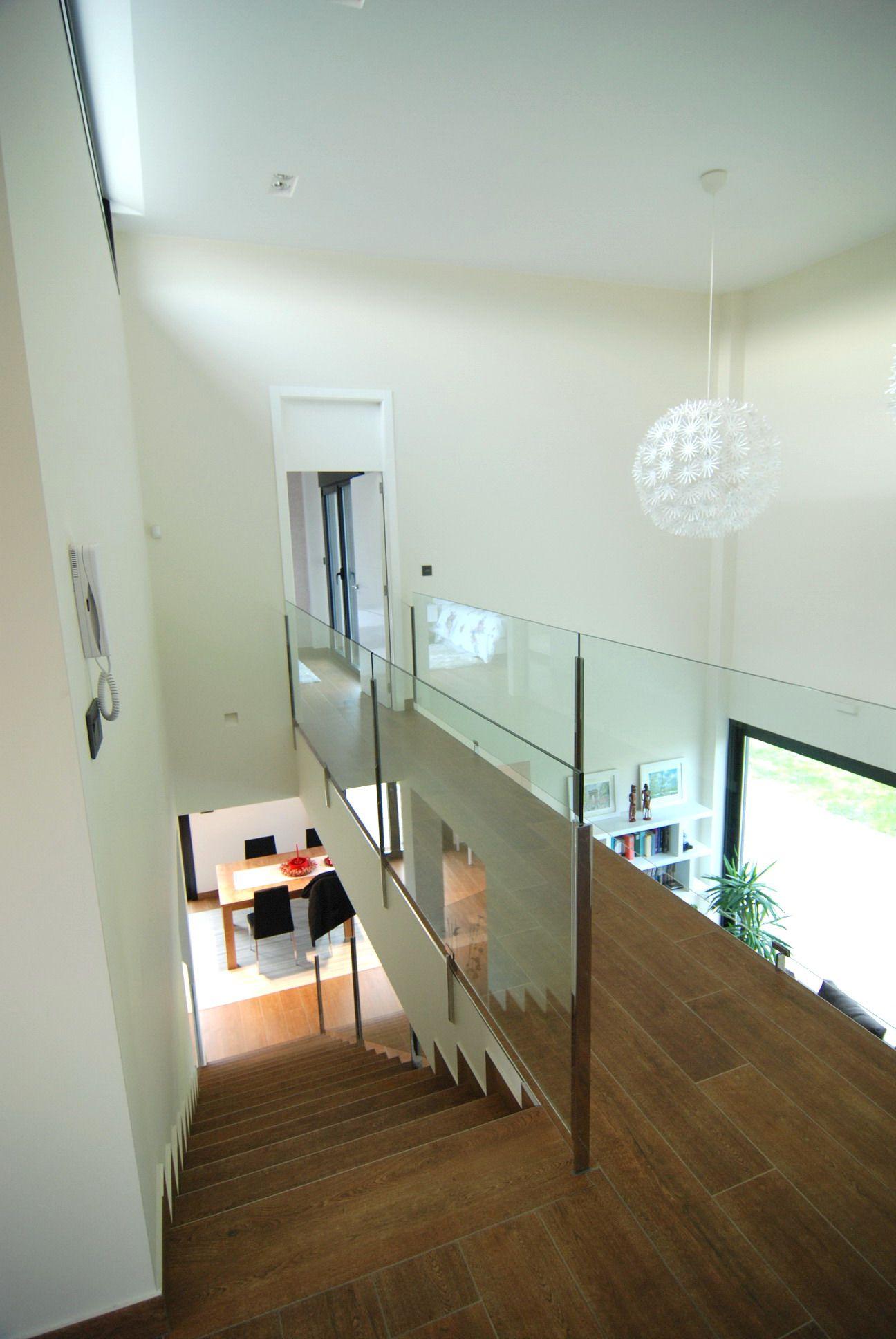 Escalera desde arriba con espacio a doble altura del - Salon doble altura ...