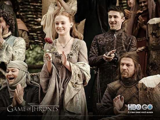 Nem todosos momentos de Sansa doram sofridos. Quem lembra do sorriso ao ganhar uma flor de Loras Maryell?