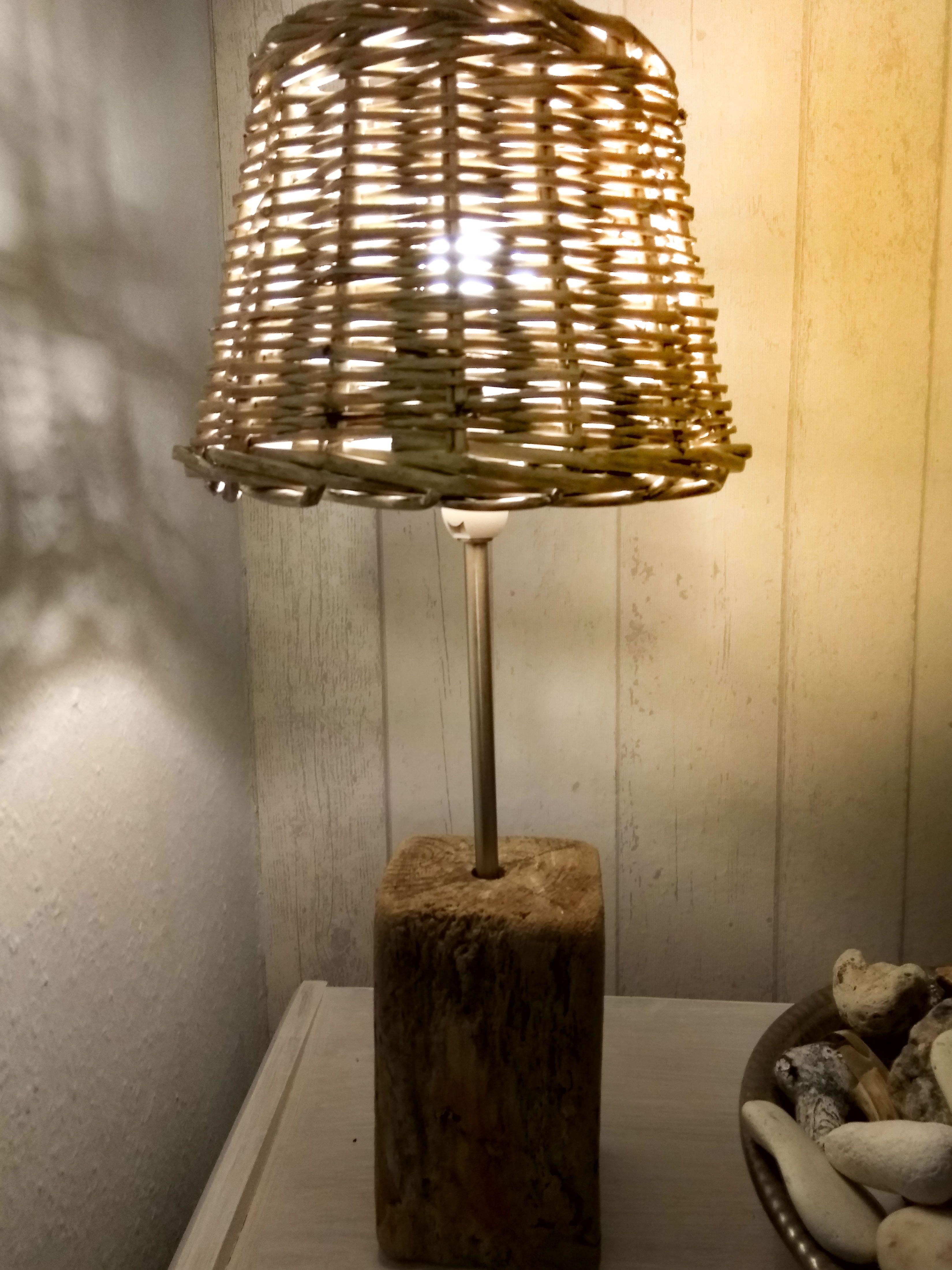 Treibholz,Treibholzlampe,Tischlampe mit einen Korblampenschirm ...