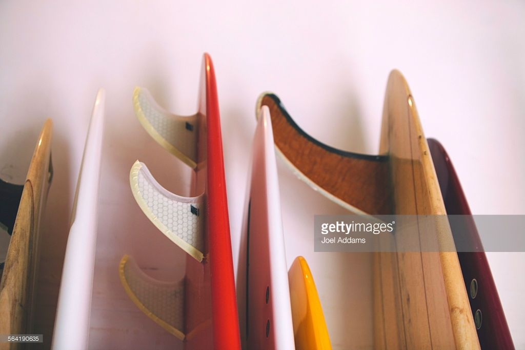 the-tails-of-a-series-of-surfboards-rests-against-the-wall-in-a-shop-picture-id564190635 (1024×682)