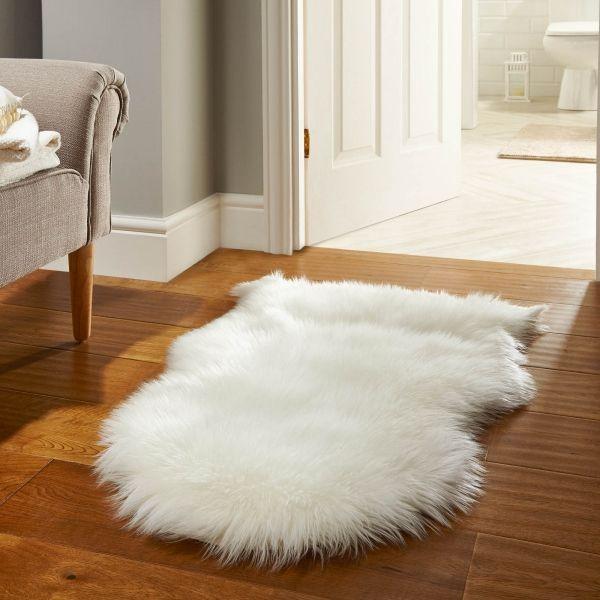 Tapis Fausse Fourrure Blanc Comme Element Du Style Scandinave