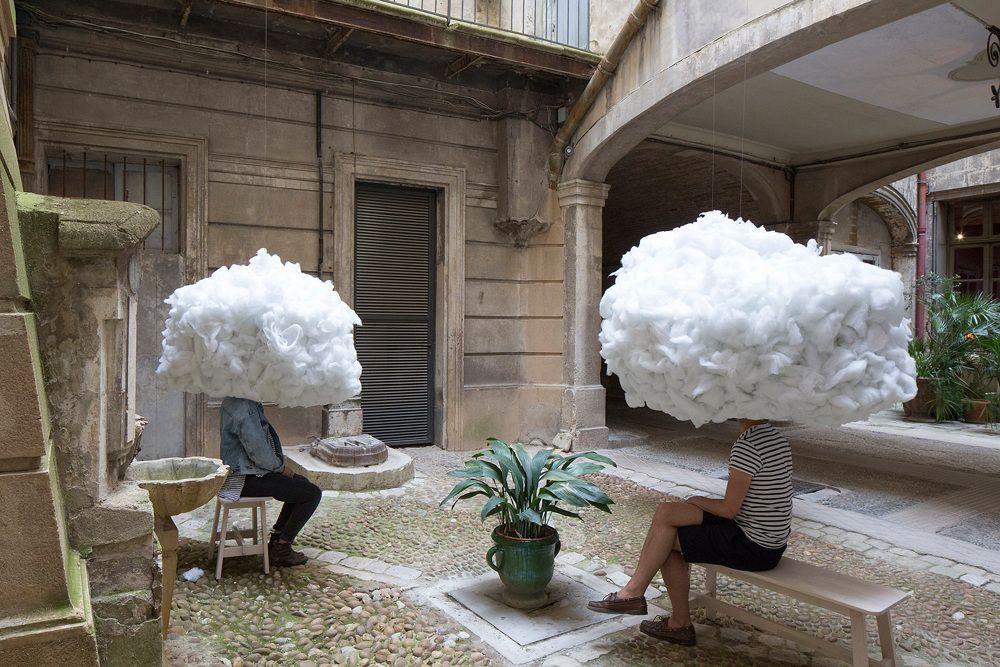 Plávajúce oblaky vo dvore ponúkajú priestor k odpočinku – Doba Mag.