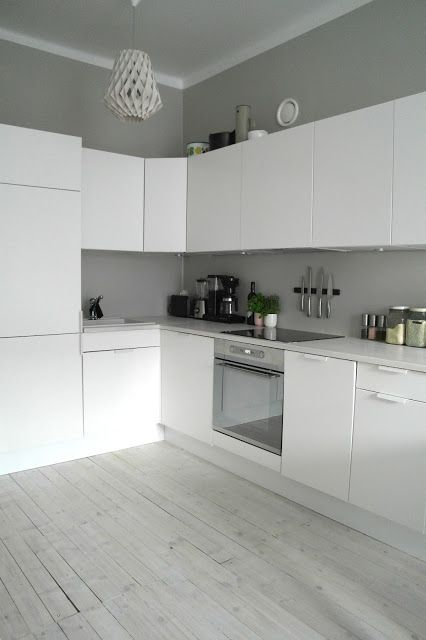 Vaalea ja valoisa keittiö Seinän ja välitilan maalatut pinnat sopivat yhtenä