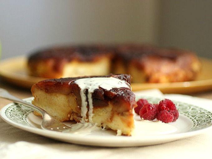 Una forma distinta de usar los panes dulces que sobran de las fiestas. Budín de pan (pandoro) con una capa de manzanas caramelizadas. Receta imperdible.