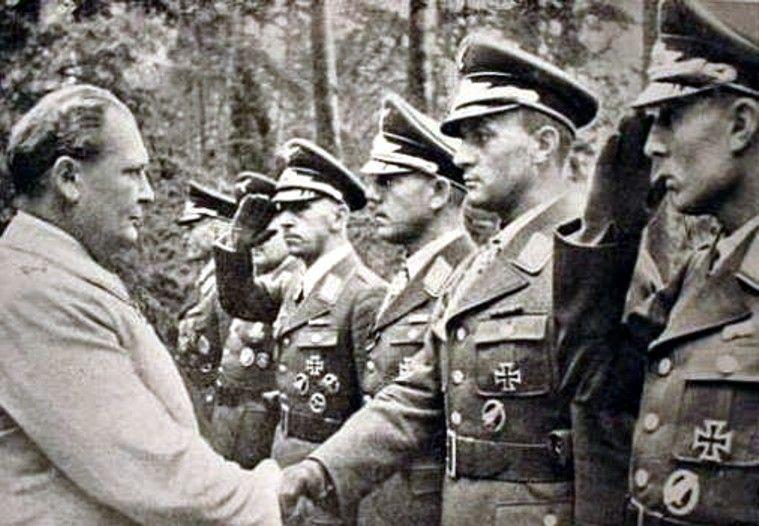 Begegnung mit Hermann Göring; v. r. n. l.: Friedrich-August Freiherr von der Heydte, Walter Gericke, Ludwig Heilmann, Edgar Stentzler (salutierend), Richard Heidrich und Alfred Sturm