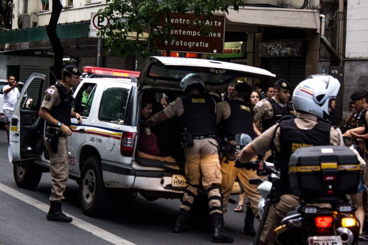 'Contratempo': Em Minas, discurso contra Cunha se volta contra a Polícia Militar — Medium Compartilhem! E aí Governador Pimentel? O que que acontece?!! Polícia machista, fora já! Repugnante! A polícia está batendo em mulher! #ForaZéCardozo! #TiraoZéDoMinistérioDilma! #PelaMoralizaçãoDoJudiciário #PrimaveraDasMulheres #MulheresContraCunha #NãoAoPL5069 #CunhaNaCadeia #ForaCunha #Pl5069 PL 5069, NÃO! #MulheresContraCunha #TiraZéDoMinistério…
