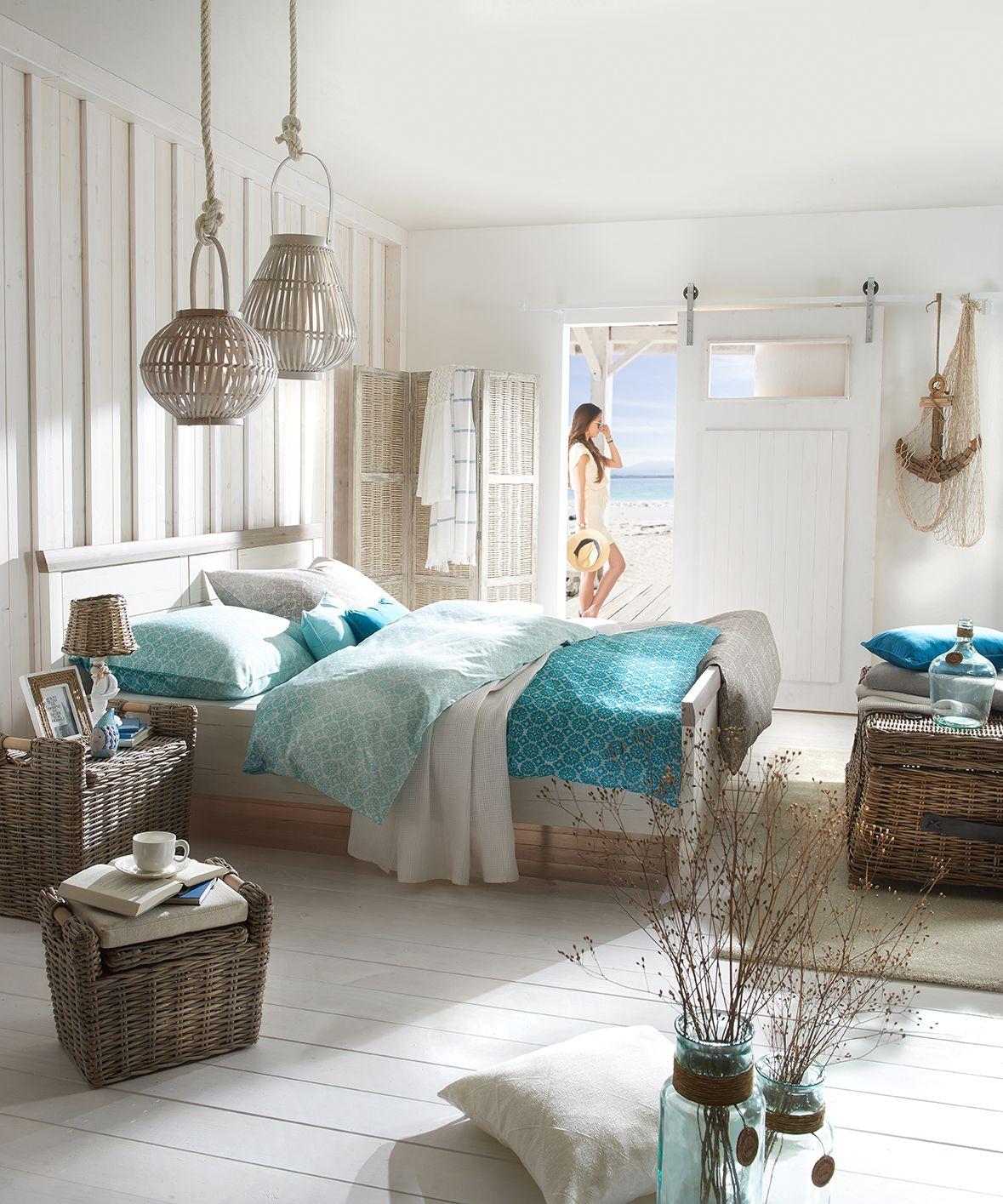 Schlafzimmer Mit Bett Und Blauer Bettwasche Im Ozean Style Mit
