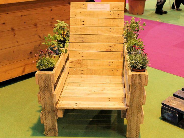 un fauteuil pour la terrasse en palette et planches de r cup ration 21 jardin et plantes. Black Bedroom Furniture Sets. Home Design Ideas