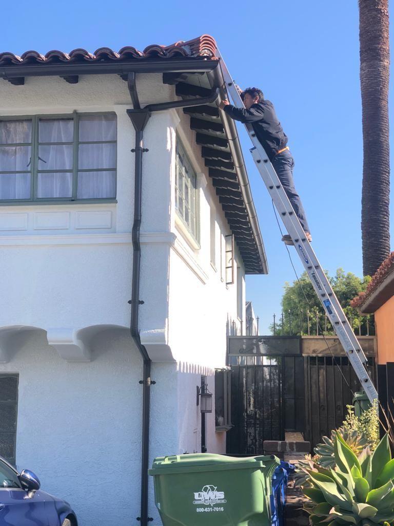 Aluminium Seemless Rain Gutter Installation Remodeling Home Improofment Roof Repair Cooper Gutter In 2020 Roof Repair Rain Gutters Remodeling Renovation
