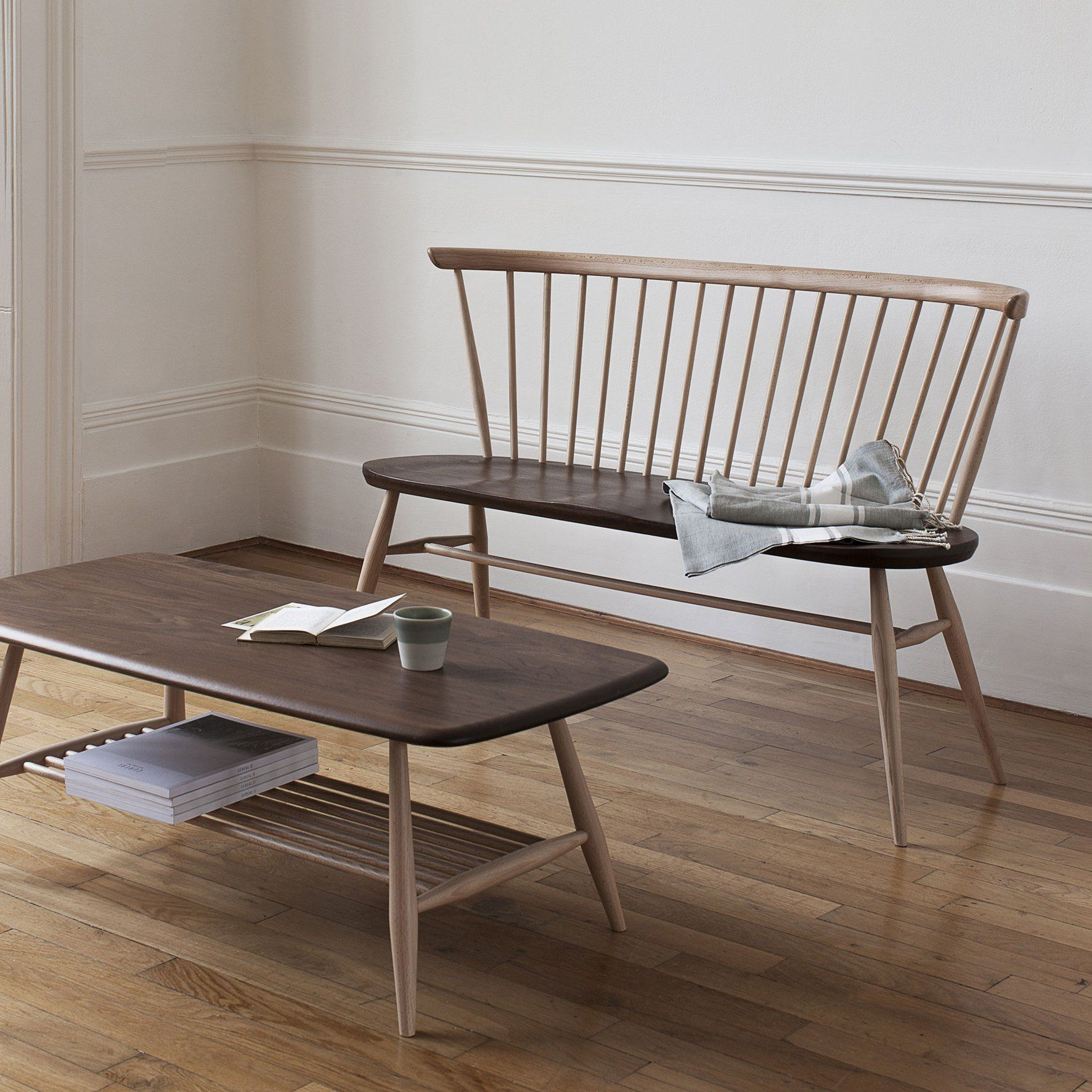 Une Table Basse Rectangulaire En Bois Fonc Avec Banquette En Bois  # Banquette En Bois Design
