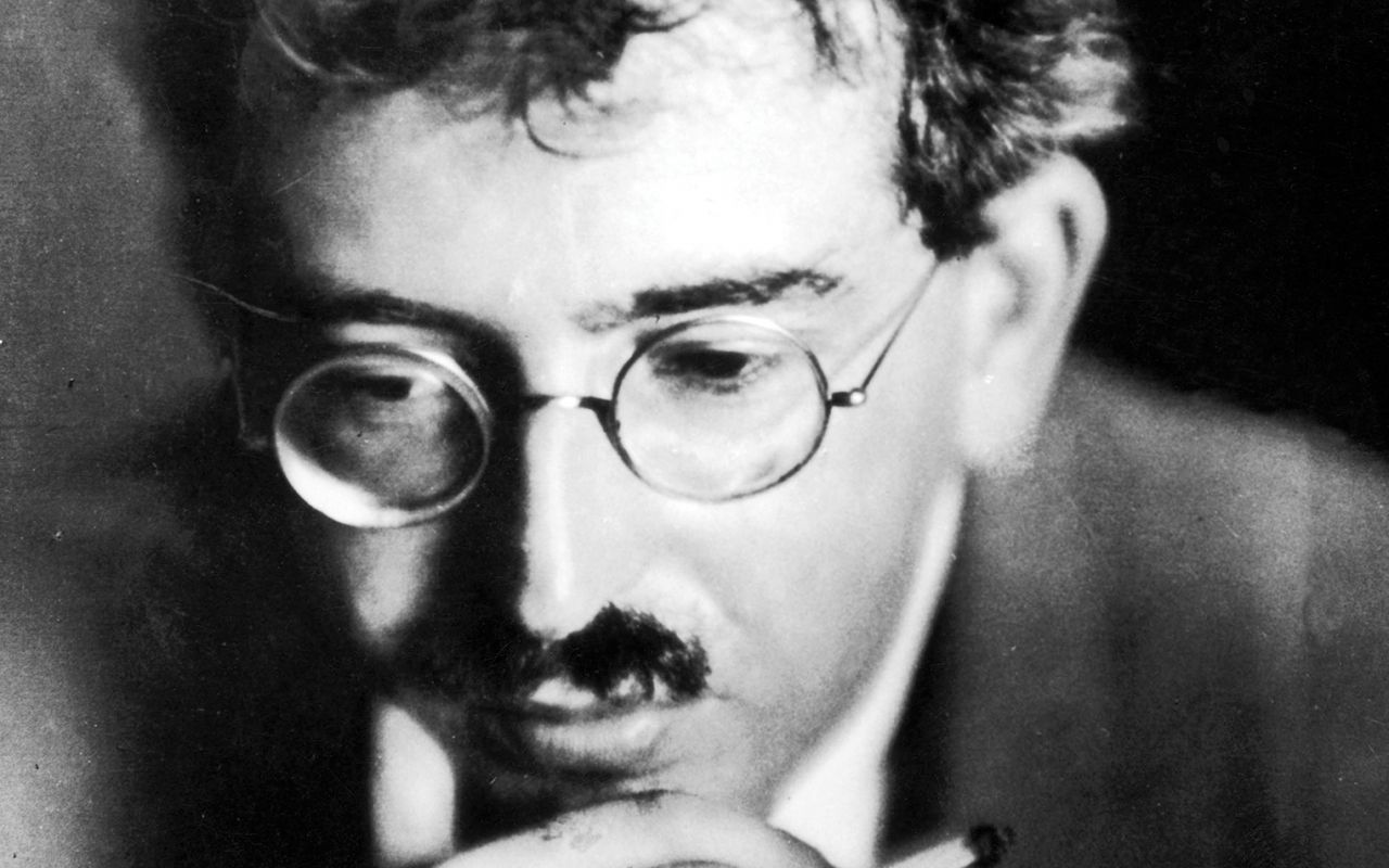Walter Benjamin. Summary and side by side with Wittgenstein.