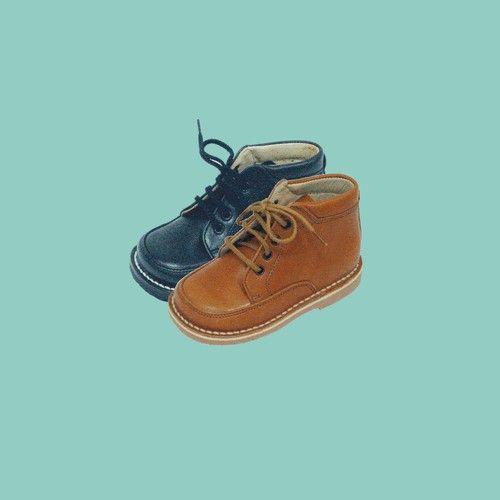 Calzado Especialmente Diseñado Para El Niño Que Empieza A Andar Aporta Seguridad Al Niño Por Su Montado Halley Que Le Ofrece Una Gra Chukka Boots Boots Chukka