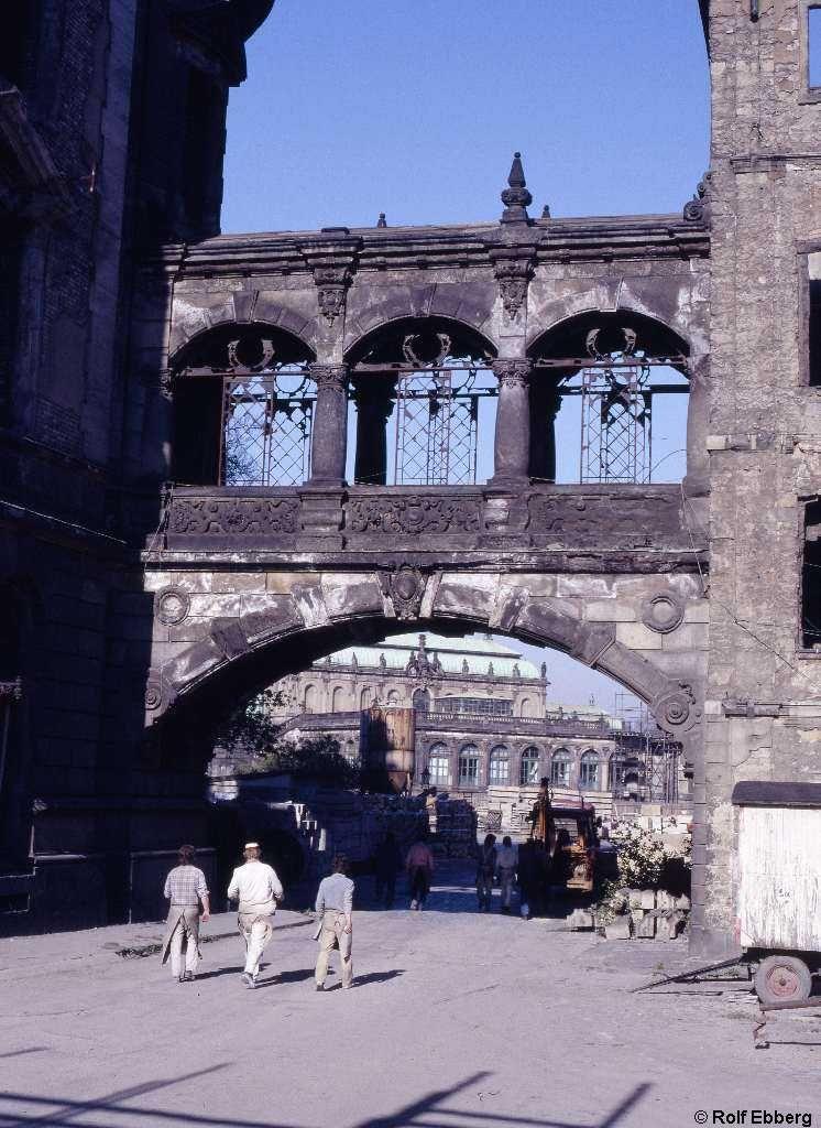 Img472 1024 Jpg 746 1 024 Pixel Der Wiederaufbau Hat Begonnen Der Verbindungsgang Zwischen Dem Residenzs Zwinger Dresden Reisen Deutschland Historische Fotos
