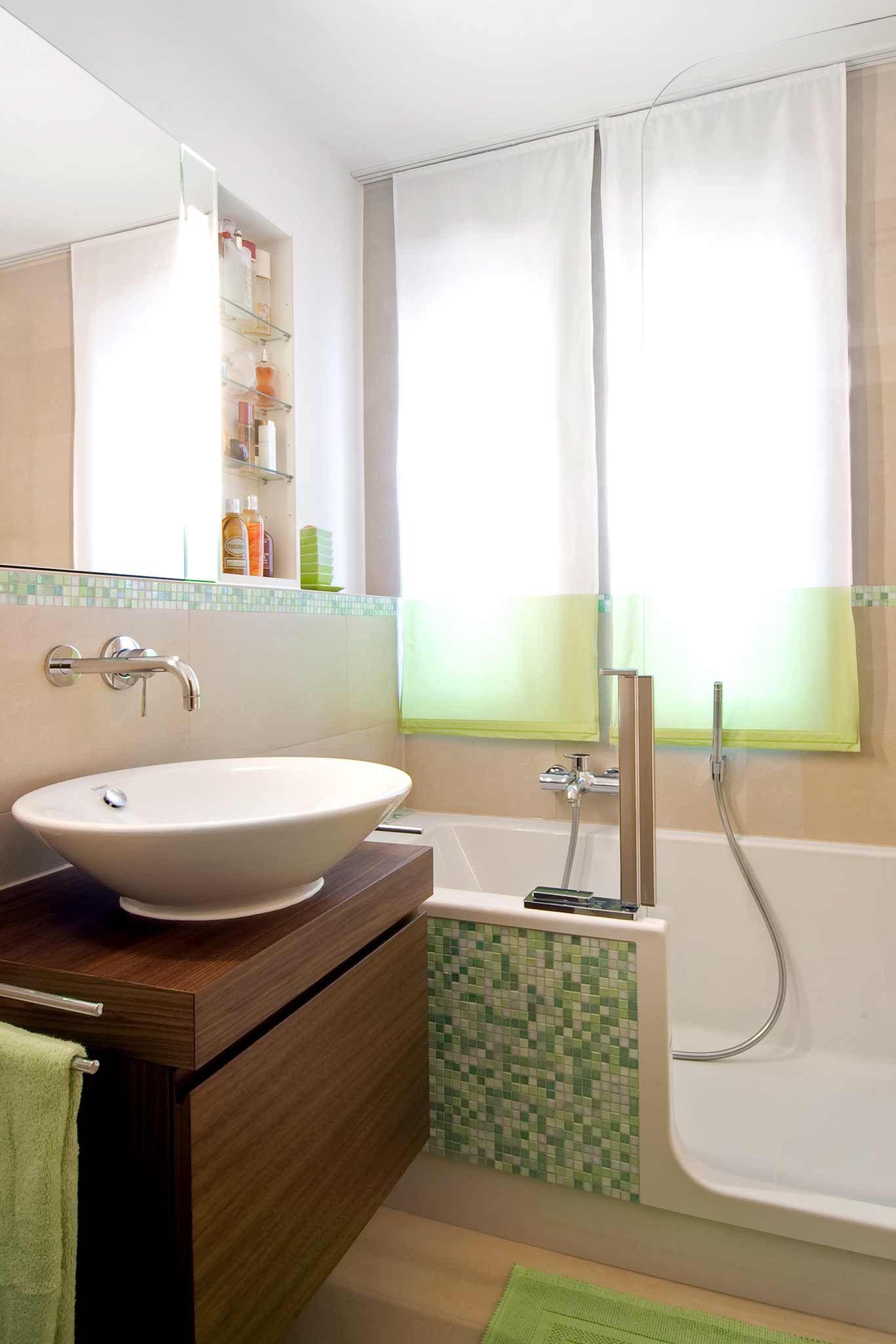 waschtisch aus holz mit runden aufsatzwaschbecken dahinter badewanne mit t r an der front gr. Black Bedroom Furniture Sets. Home Design Ideas