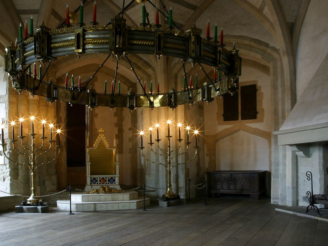 Medieval bedrooms - Now That S A Chandelier And Like The Candelabras In The Background