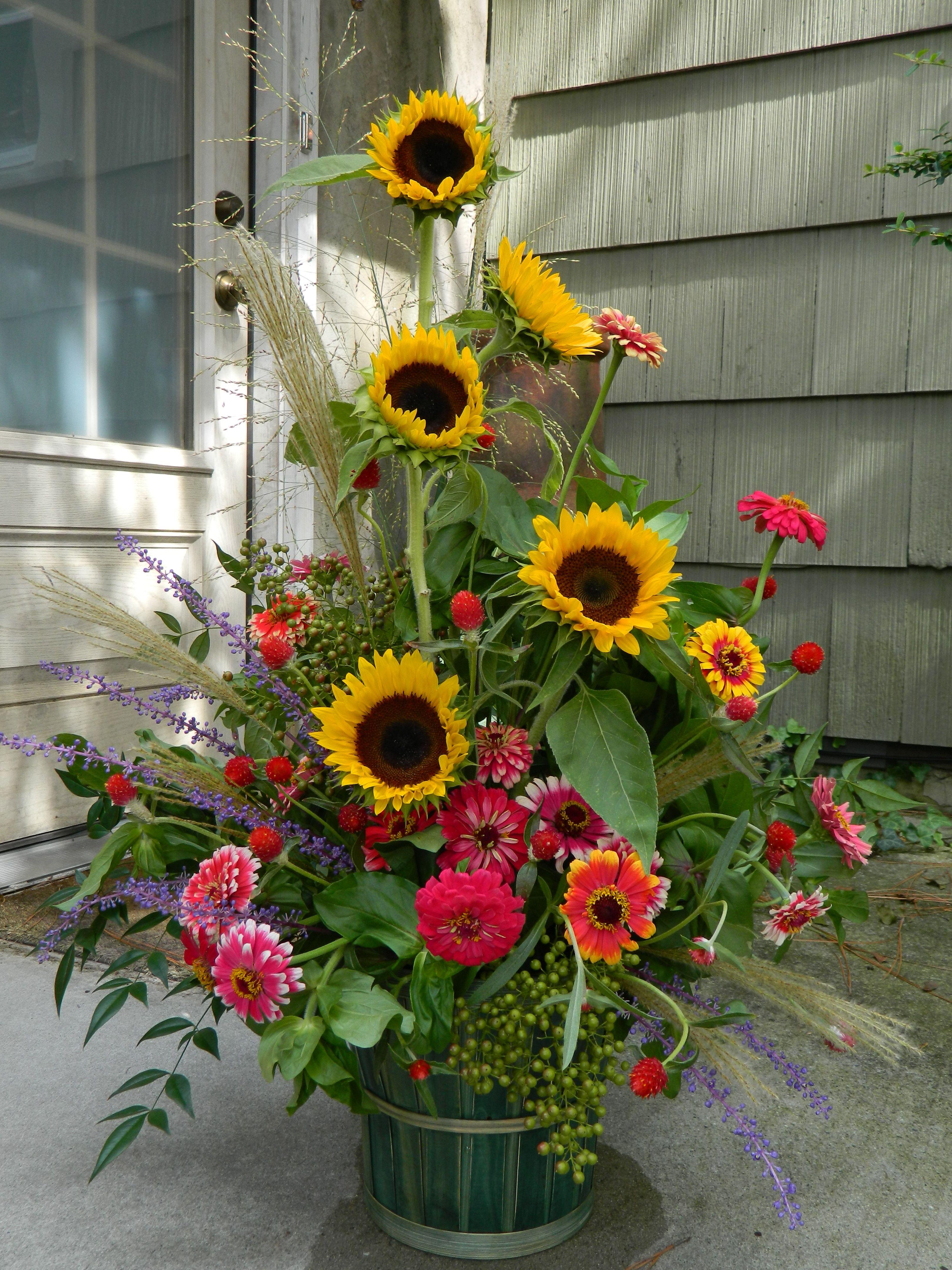 Sunflower And Zinnia Arrangement Sunflower Arrangements Summer Flower Arrangements Alter Flowers