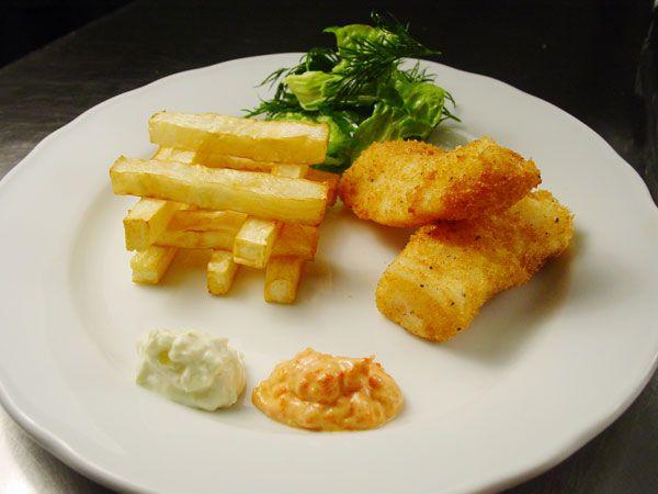 Torsk a la fish 'n' chips med sellerifritter, agurkeremoulade og ketchupcreme