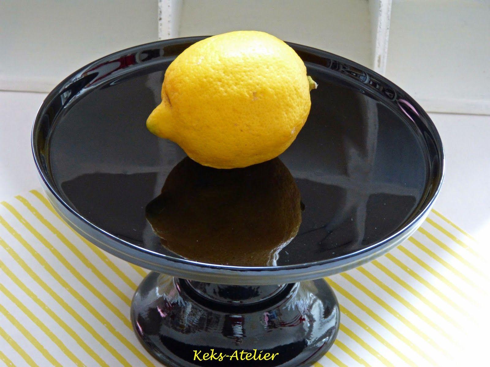 Zitrone auf schwarzer Tortenplatte.