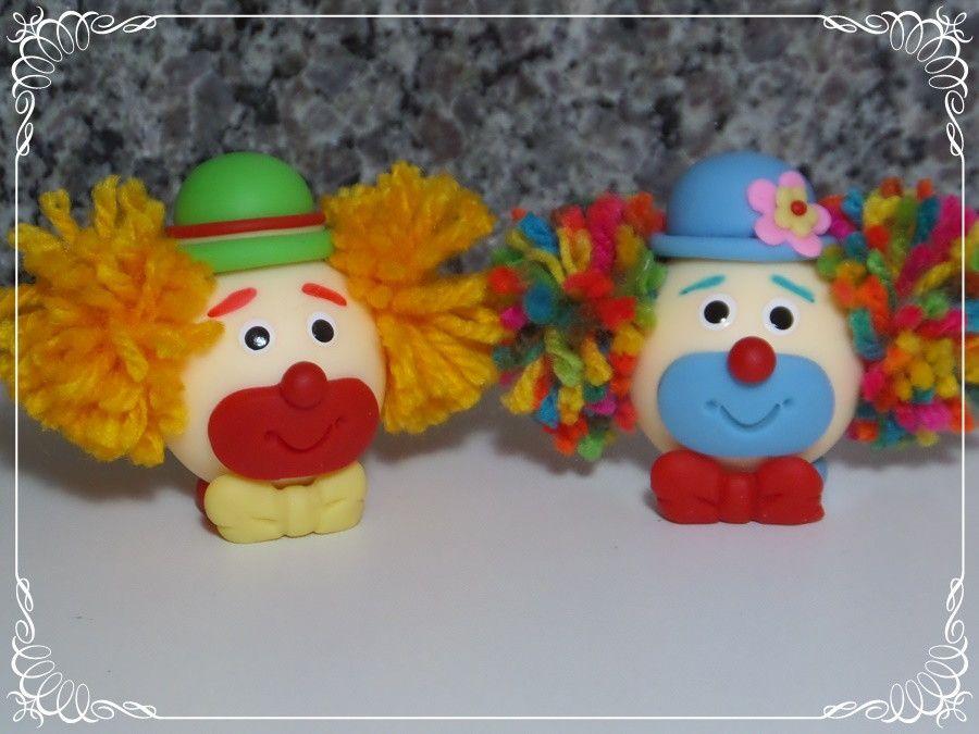 Personagem modelado em biscuit e cabelinho de lã. Usado para aplicar em caixinhas de acrilíco, potinhos ou onde você preferir.  OBS: tem 6 cm de altura