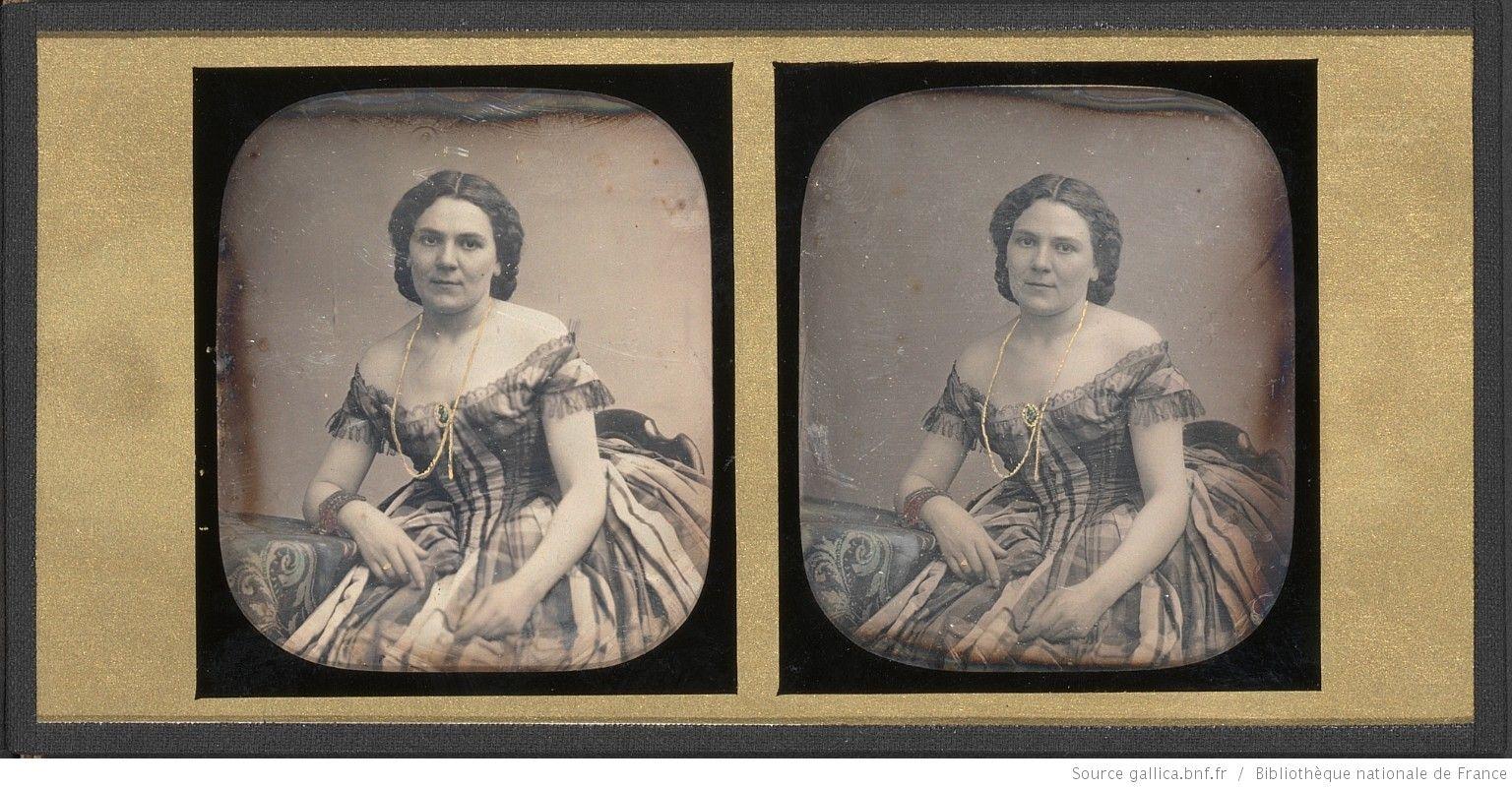[Portrait de femme, à la robe à carreaux décolletée, à mi-corps, assise, de trois-quarts à gauche] : [photographie] / Pierre Ambroise Richebourg