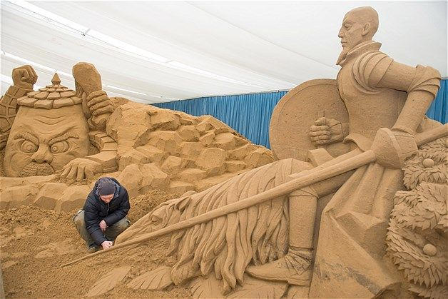 000 Sculptor Ivan Zverev from Russia builds a sculpture from