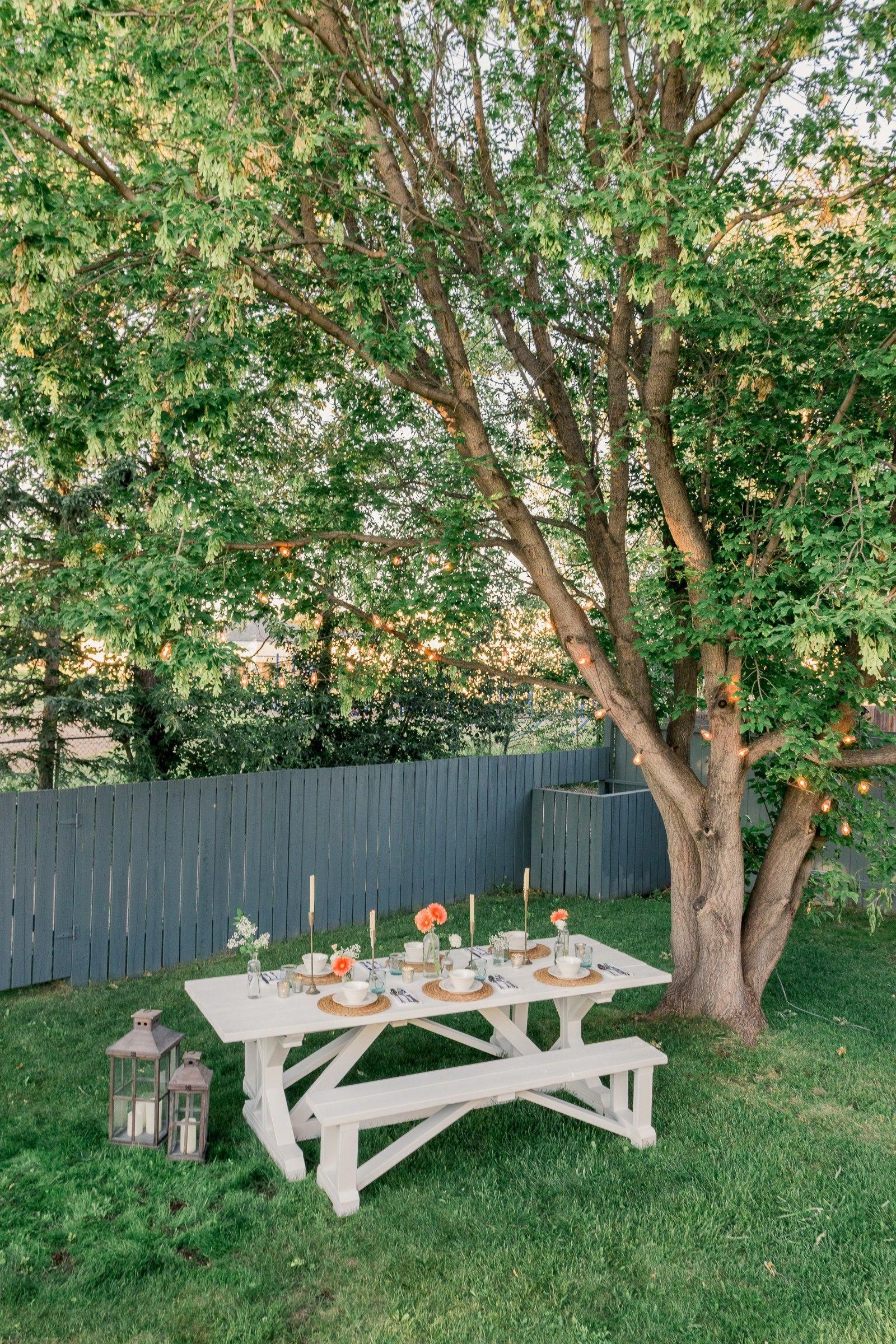 A simple farmhouse style outdoor tablescape www