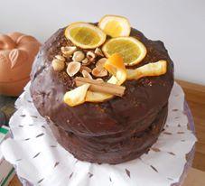 Panettone ripieno di cioccolato e farcito con  cioccolato, arance, nocciole e cannella