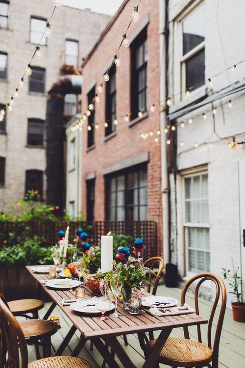 abendstimmung auf der terrasse gl hbirnen lichterkette innenhof abendessen tafel den balkon. Black Bedroom Furniture Sets. Home Design Ideas