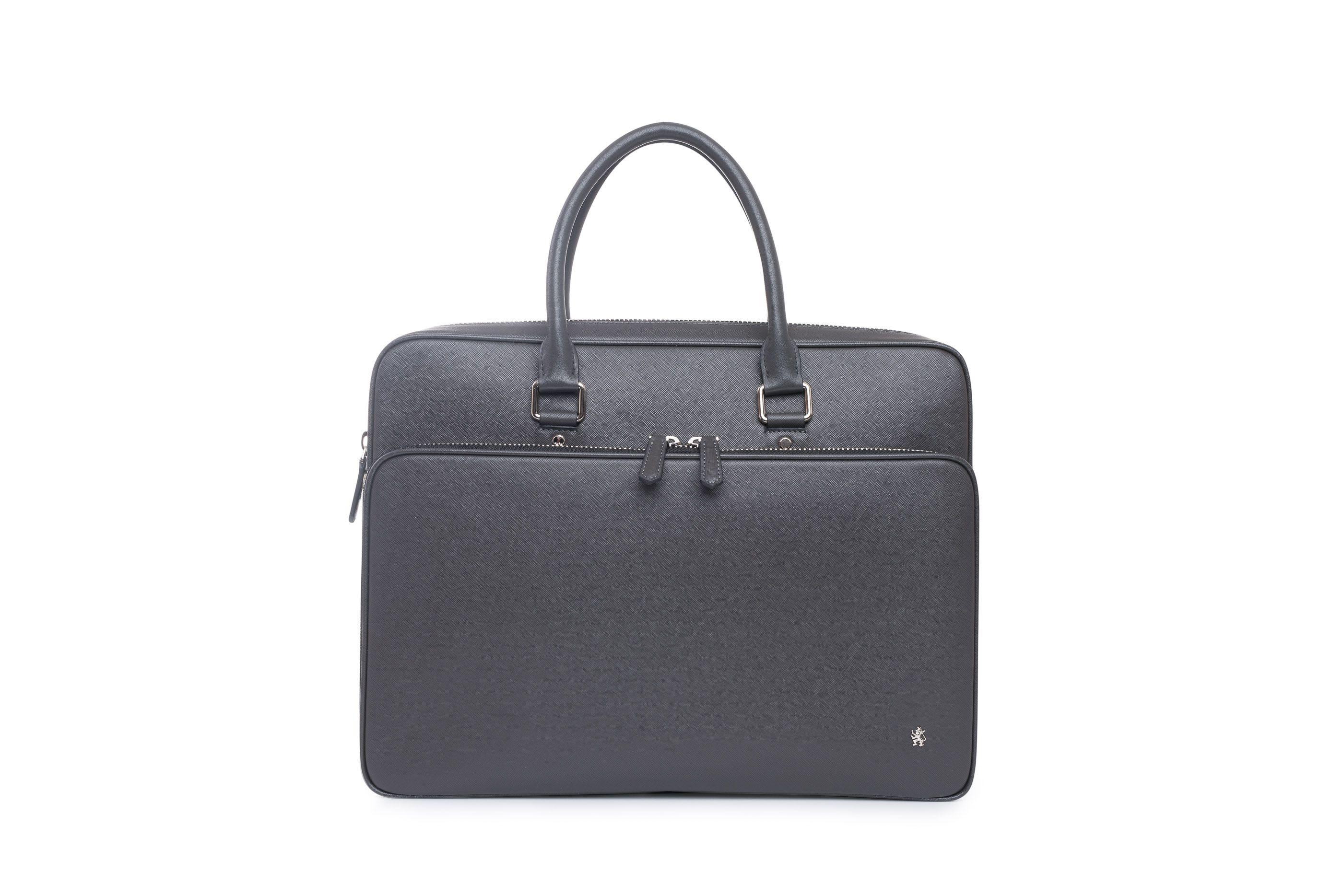 1eba02c4b4 Elegantní pánská taška vyrobená z hovězinové saffiano usně černé barvy.  Hlavní vnitřní prostor a přední
