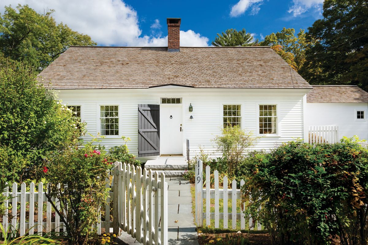 A Cozy Cape Cod In New England Cape Cod House Exterior Cape House Exterior Cape Cod House Interior
