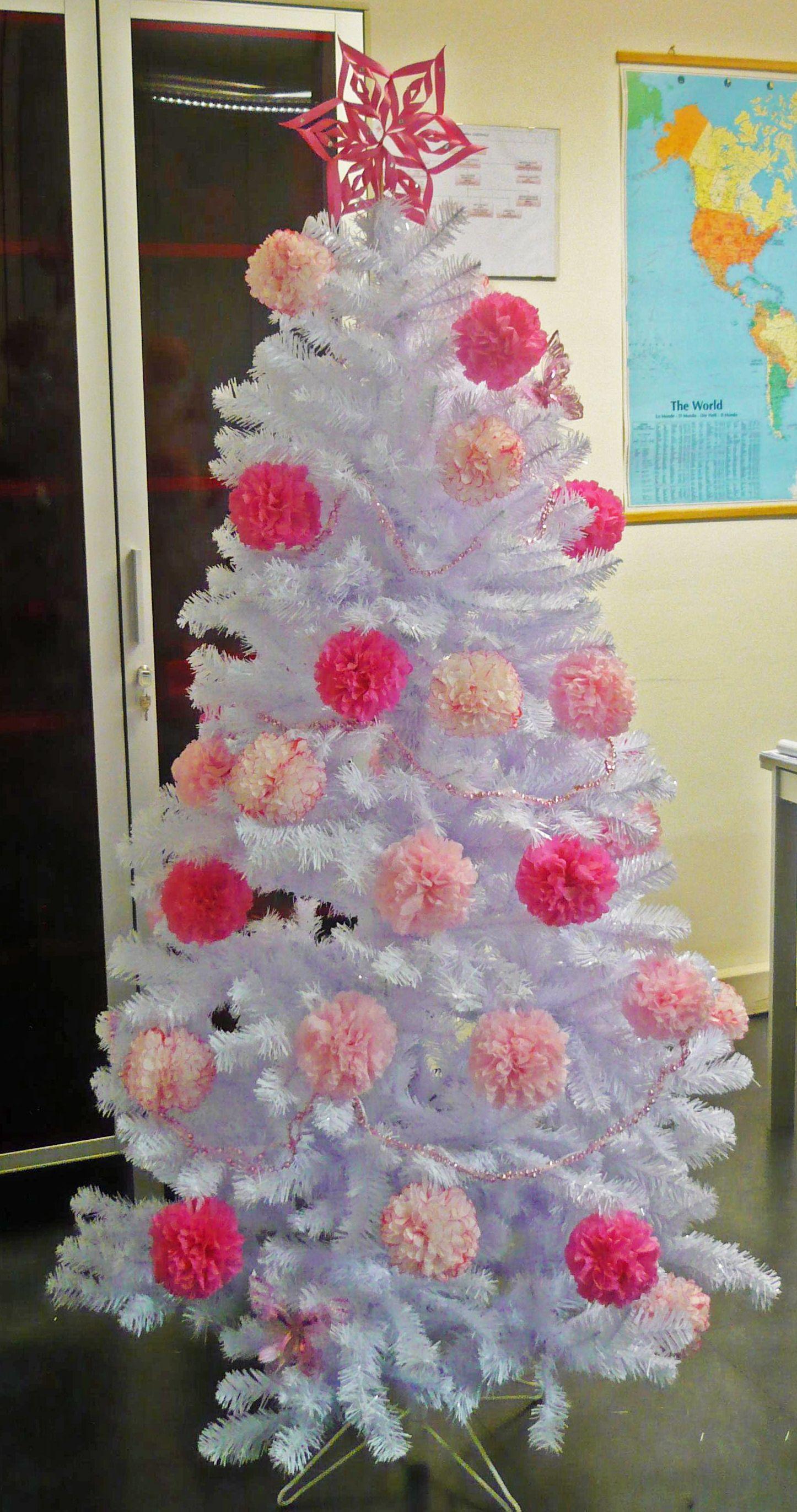 Foto Alberi Di Natale Bianchi albero di natale bianco e rosa con sfere di carta | alberi
