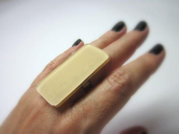 MAXI  anel de vidro  bege  Base metal n 20 - Ajustável    5 x 2,5 cm    MAIS ANÉIS DE VIDRO EM:  http://www.elo7.com.br/glassbijoux/  .  . R$35,00