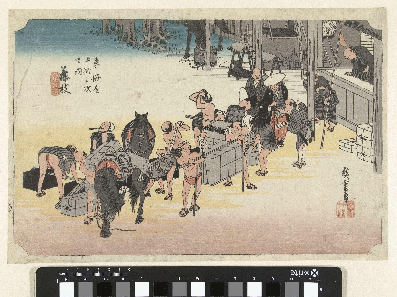 Hiroshige (I) , Utagawa | Het verwisselen van kruiers en paarden te Fujieda, Hiroshige (I) , Utagawa, Takenouchi Magohachi (Hoeido), 1828 - 1835 | Groep reizigers, kruiers en paarden in straat met winkeltjes; op de achtergrond een drinkend paard.