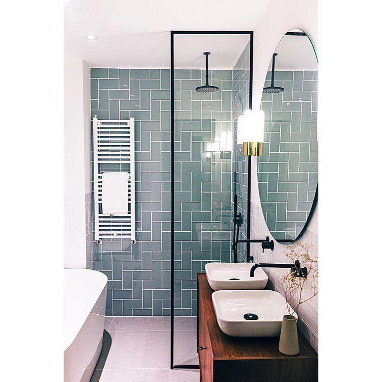 Une salle de bain avec un mur unique en couleur grâce à la crédence