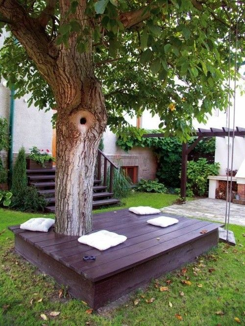 Sitzbank um Baum herum Kissen Relaxzone Garten gestalten Ideen #gartengestaltungideen