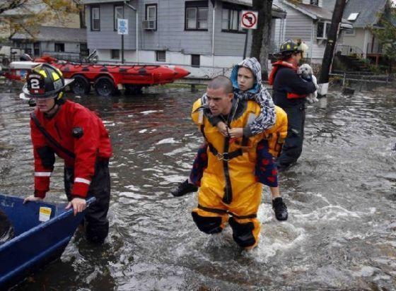 People Helping Other People After Sandy Warm Photos Hurricane Sandy Rescue Workers Sandy