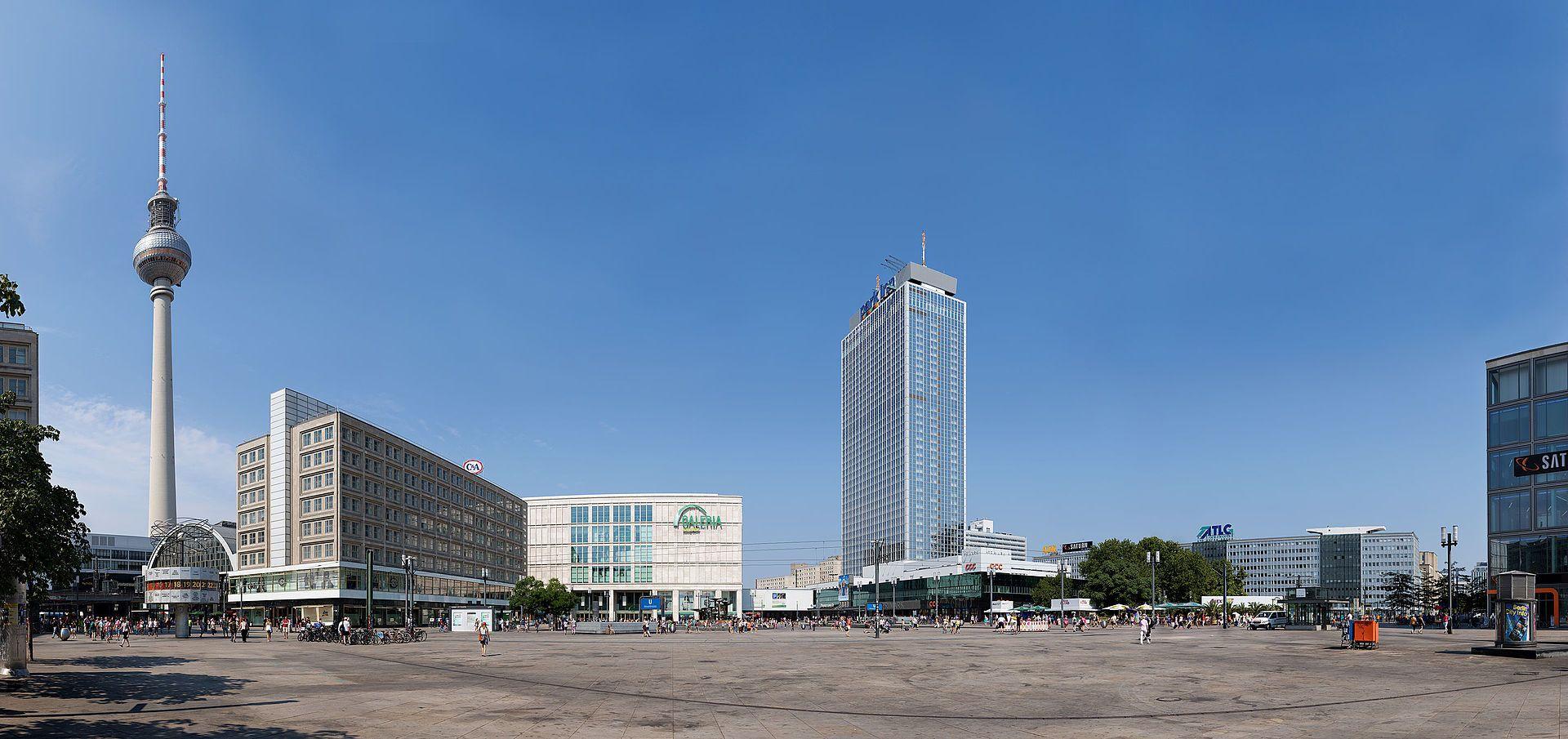 Alexanderplatz In Berlin Mit Dem Fernsehturm Der Urania Weltzeituhr Und Dem Fernsehturm Weltzeituhr Turm