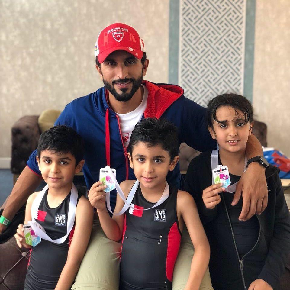 Nasser Bin Hamad Bin Essa Al Khalifa Con Sus Hijos 1er Triatlon 25 M De Natacion 500 M De Bicicleta Y 250 M Best Workwear My Prince Charming Prince Charming