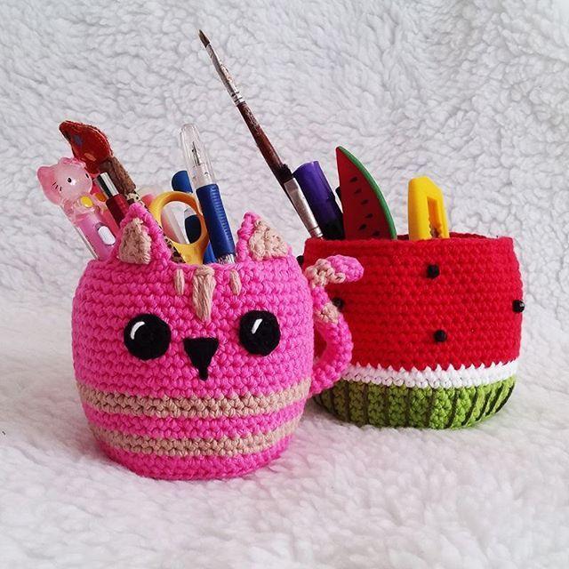 Cestinhas em Crochê #lojadedecoração #lojadepresente #decoraçao #decoracaoatelier #decoracaofofa #decoracaoquarto #croche #cestadecroche #amigurumi #basketcrochet #portatreco #portalapis #produtosdivertidos #produtosfofos #fofura #crochet