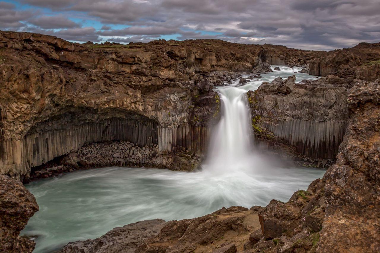 178 km zieht sich der Skjálfandafljót durch Island, bis er letztendlich in der Skjálfandi-Bucht im Meer mündet. Zwischendurch fällt er einige Wasserfälle hinunter, so wie hier etwa 20 Meter tief den Aldeyjarfoss und wenig später auch noch den Gódafoss.…