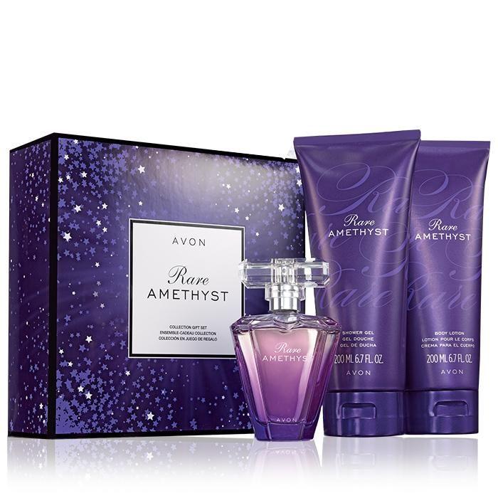 Glamorosa y cautivadora colección, esta sensual joya de apasionada ciruela reluce con misteriosa violeta e intenso sándalo. Este set consta de: • Eau de Parfum Spray: 1.7 fl. oz. • Gel de ducha: 6.7 fl. oz. • Crema para el cuerpo: 6.7 fl. oz.