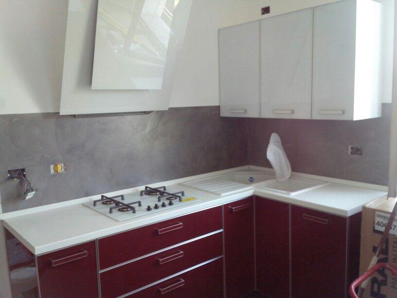 schienale cucina in resina spatolata
