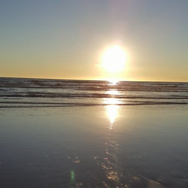 Quiero volver loco.  #sunrise #Amanecer #instagood #photooftheday #sky  #reflection  #instadaily #sea by gonza.mt