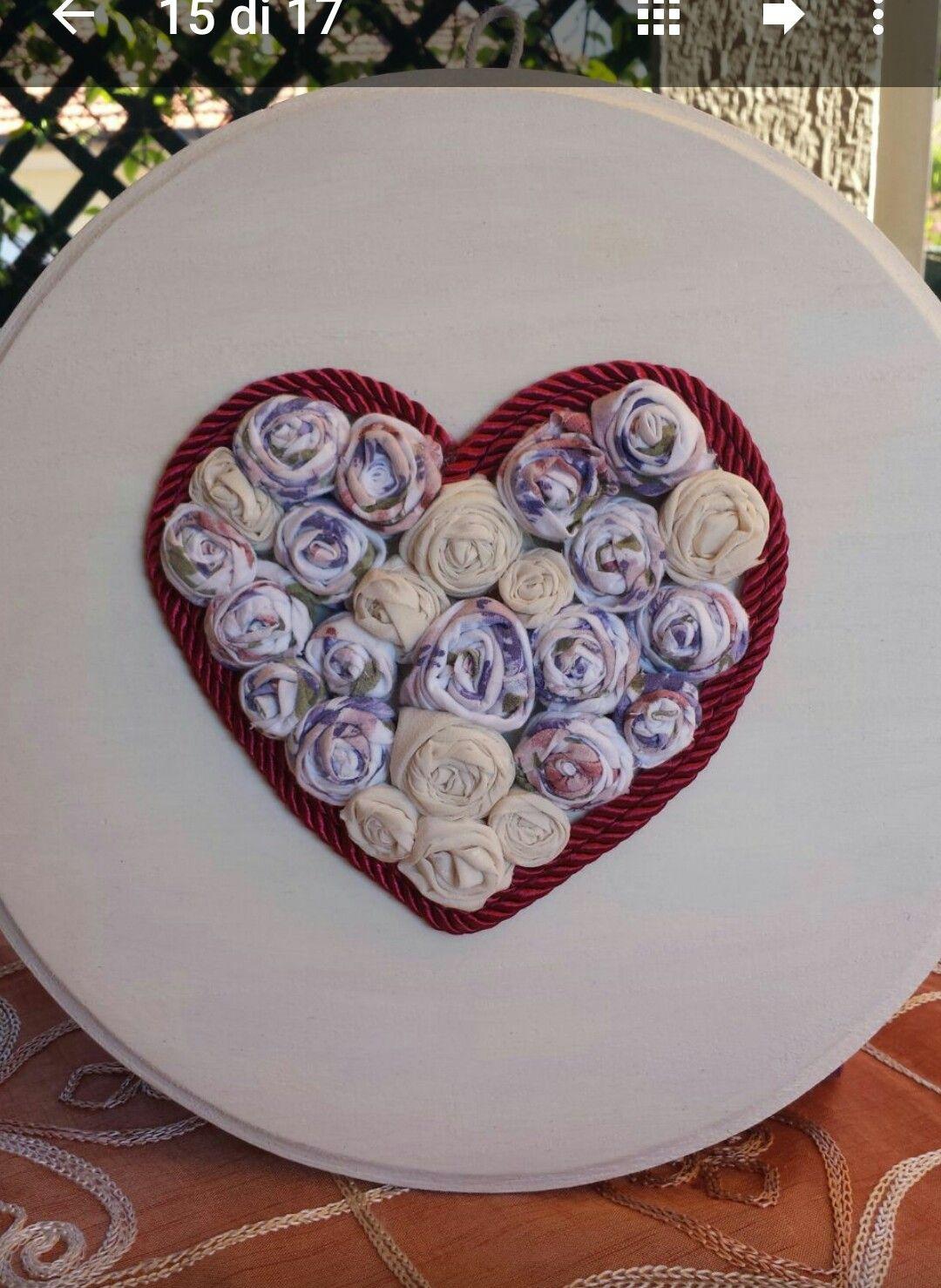 Cuore realizzato con roselline di stoffa, bordate di cordoncino By MANUcrea