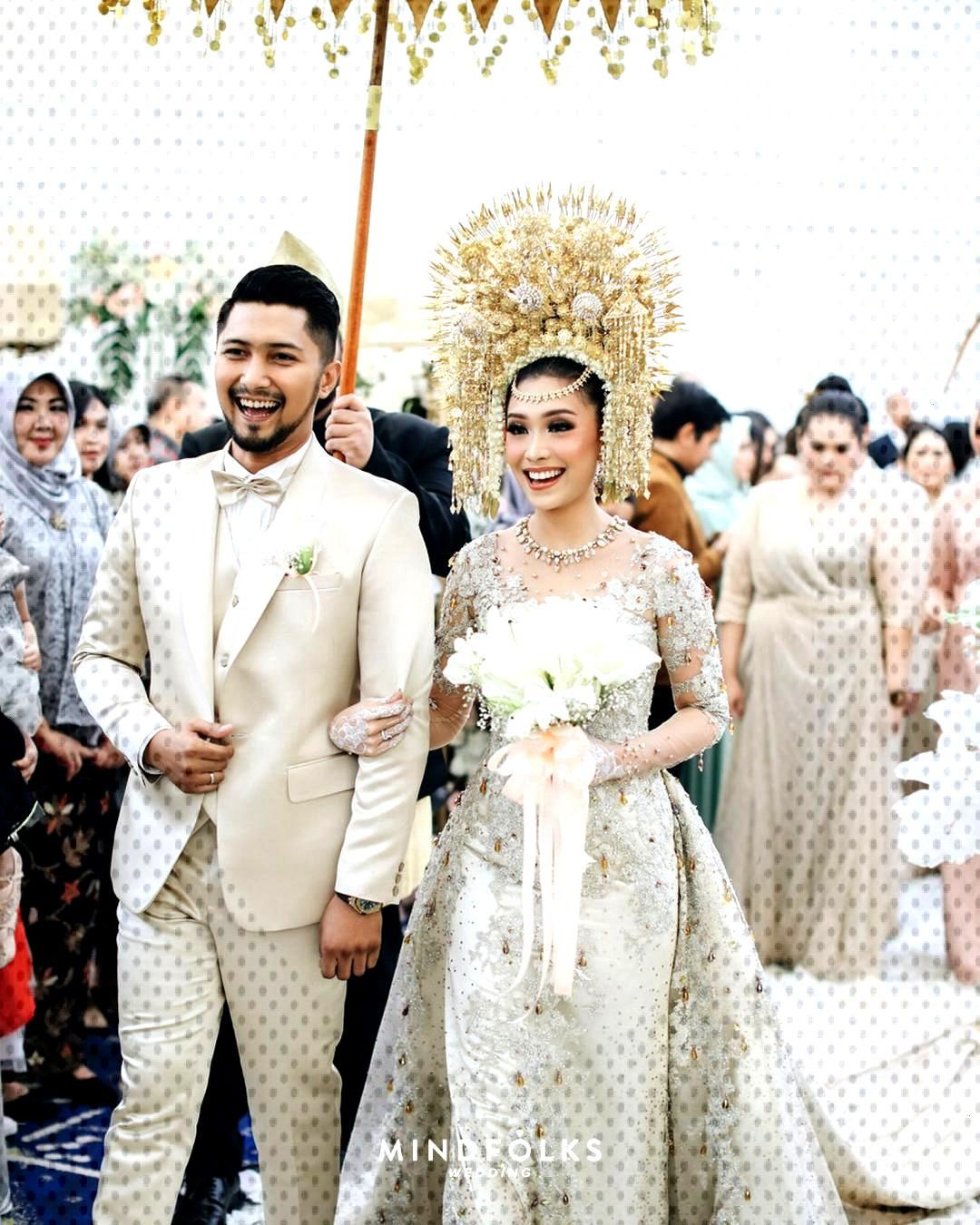 Pernikahan Sentuhan Minang Modern Luthya Adat Yang Kiki Dan Di Sentuhan Adat Minang Yang Modern Di Pernika Indonesian Wedding Wedding Dresses Dresses