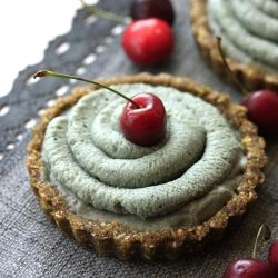 Raw vegan Lime tarts. Free from gluten, trans fats, refined sugar and empty calories. Enjoy without guilt!
