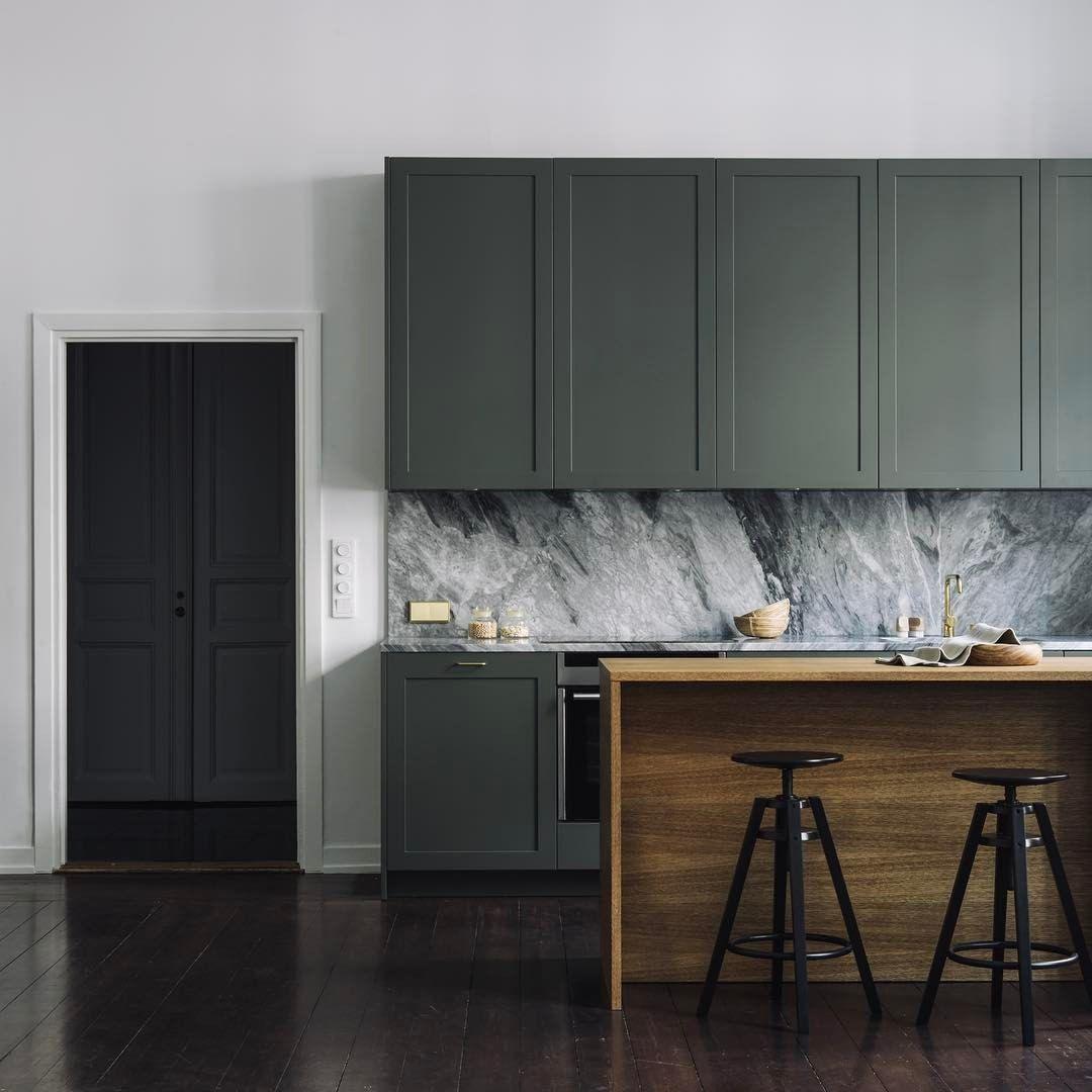 verde militare per i pensili della cucina con fondo in marmo grigio ...